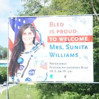 MDB: Pozdravni pano Suniti Williams na vhodu na Bled